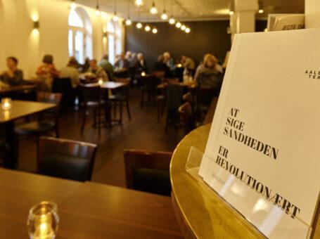 teatercaféen aalborg aalborg teater åbningstider menukort book bord reserver frokost café dinnerlust jernbanegade