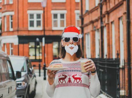 Julemad på restaurant med julesweater som dresscode